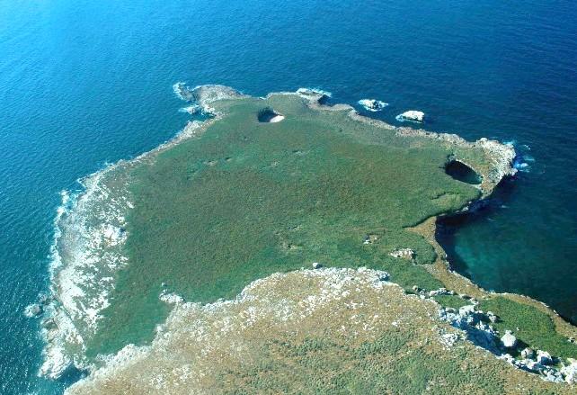 Прихований пляж на островах Марієта у Мексиці: Щоб дістатися до усамітненого пляжу, туристам потрібно проплисти через короткий тунель. Можна знайти кілька туроператорів, які надають одноденні поїздки до цього