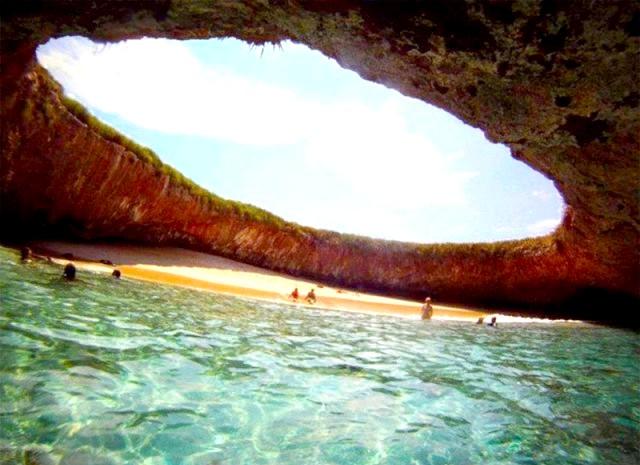 Прихований пляж на островах Марієта у Мексиці: Острови знаходяться приблизно в годині їзди на човні з узбережжя Пуерто-Вальярта і щодня відвідуються сотнями туристів, хоча за законом ніхто не може