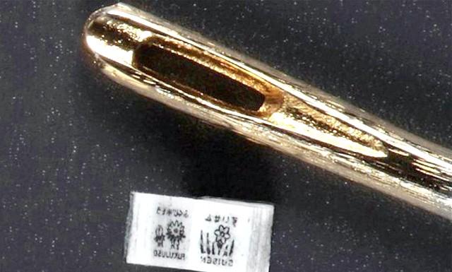 Створена найменшу в світі друковану книгу: Довжина її боку складає всього 0.75 мм, а ширина літери - 0.01 мм, тому її неможливо прочитати без використання мікроскопа.
