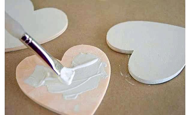 Декор до дня святого Валентина своїми руками: Крок 2: Зберіть достатню кількість намистин, щоб повністю покрити ними передню частину серця. Намистини повинні лежати дуже щільно, тому краще