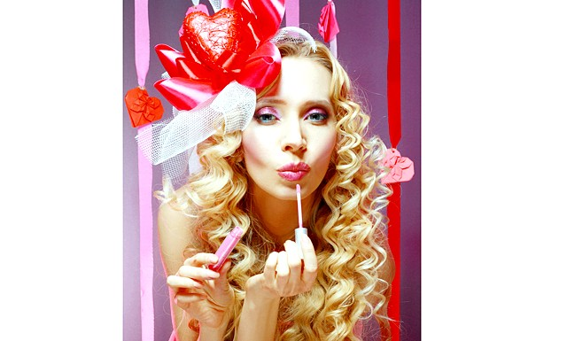 Робимо макіяж на День Святого Валентина: [color = Magenta] Особа. [/ Color] Шкіра повинна бути ідеальна. Перед тим, як наносити тон, зволожите шкіру денним кремом, а після того, як тон наклали,