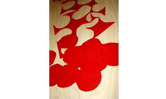 Робимо самі: Велике червоне серце: Крок 4: Робимо з гуртків трояндочки. Ріжемо кожен гурток по спіралі всередину, щоб вийшла «змійка». Беремо внутрішній кінець «змійки» і