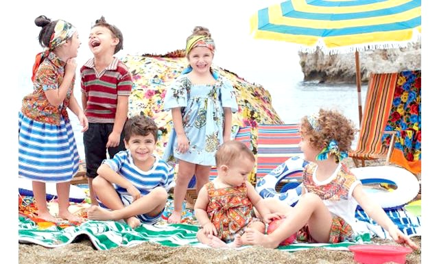 Дитяча колекція Dolce & Gabbana весна-літо 2013: Нова фотосесія є продовженням історії з життя великий італійської сім'ї на узбережжі сицилійського містечка Таорміна. Життєрадісні посмішки, сміх і веселощі