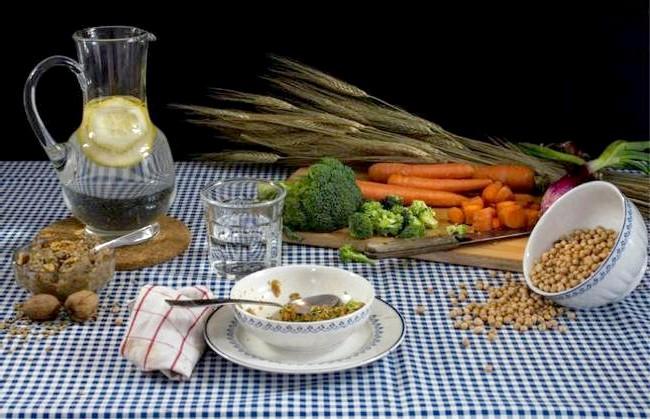 Дієти знаменитостей у смішному фотопроекті: 2. Гвінет Пелтроу: брокколі, морква, цибуля, горіхово-сочевичний паштет, горох і вода з лимоном. Актриса протягом багатьох років є