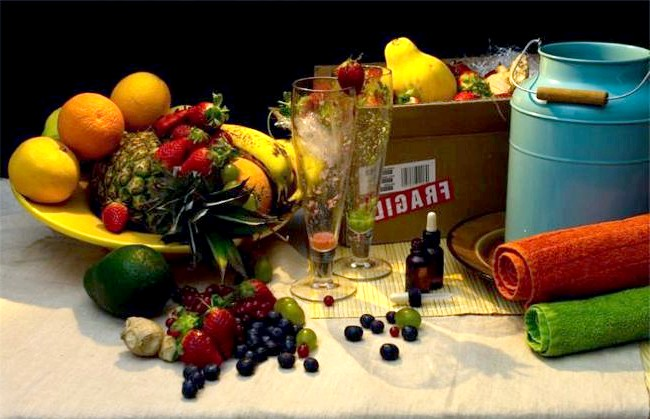 Дієти знаменитостей у смішному фотопроекті: 3. Саймон Коуелл: полуниця, журавлина, виноград, ананаси, чорниця, авокадо, апельсини і манго - все у вигляді коктейлю. Молоко для купання