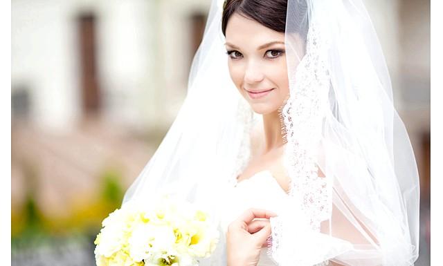 Дизайнери представили весільні сукні 2014-2015: Дизайнери в своїх колекціях продемонстрували які тенденції простежуються у весільній моді і які весільні сукні будуть модними.