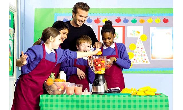 Девід Бекхем вчить дітей правильно харчуватися