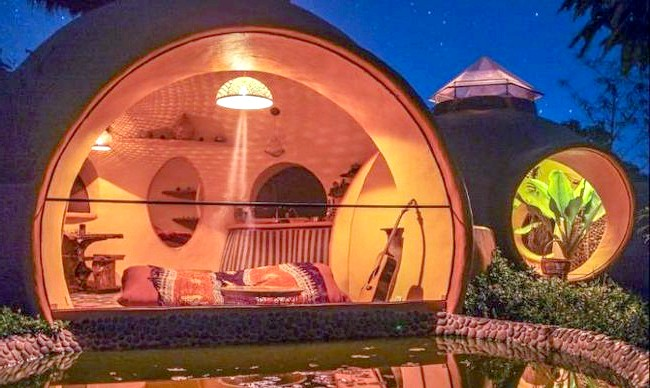 Будинок мрії за півтора місяці і 9000 доларів: Вночі будинок ще більше нагадує райський куточок.