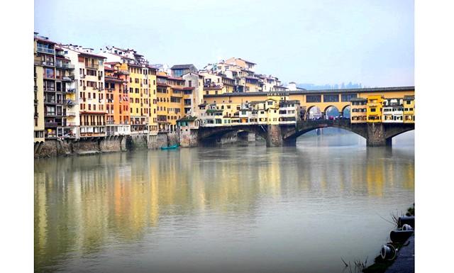 Дощова Флоренція: Вид на річку Арно і міст Понте Веккьо (Ponte Vecchio)