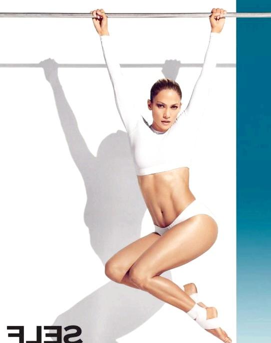 Дженніфер Лопес в 45 виглядає фантастично: Дженніфер Лопес позує в короткій білій топі з довгими рукавами і купальних трусиках, які вигідно підкреслюють її плоский живіт і