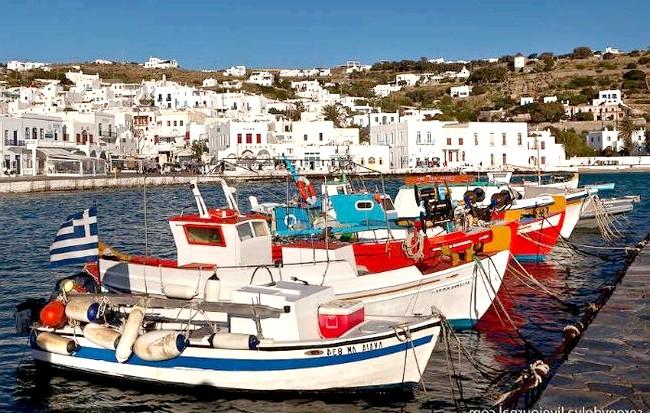 Європейські Багами: грецький острів Міконос: Рано вранці рибацькі шлюпки йдуть у море, а вдень погойдуються на хвилях у бухті
