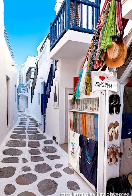 Європейські Багами: грецький острів Міконос: Вулички вузькі, а тротуари викладені пряникової плиткою, що надає всьому місту відчуття казковості: