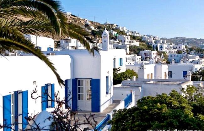 Європейські Багами: грецький острів Міконос: Сам Міконос представляє з себе складний лабіринт з низькорослих біло-блакитних мазанок: