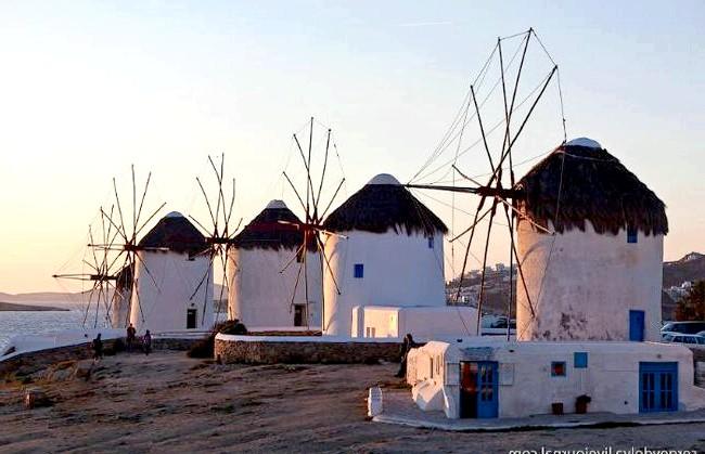 Європейські Багами: грецький острів Міконос: На відкритих місцях стоять уже непрацюючі вітряні млини. Дивно, що поруч не поставили сучасні вітряки, так як вітер тут і