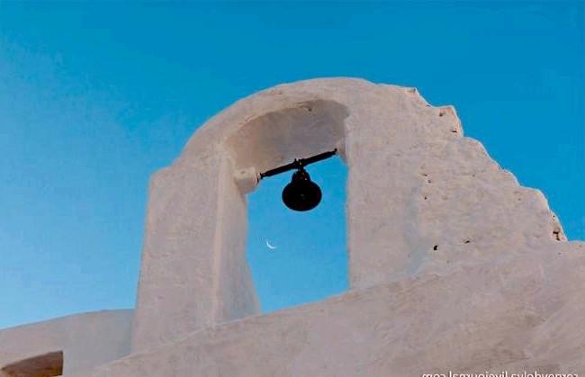 Європейські Багами: грецький острів Міконос: Сонце ще не сіло, а місяць вже красується на небі