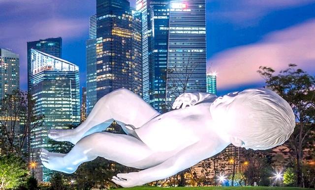 Гігантський семитонний малюк в Сінгапурі: Робота британця Марка Куїнна прикрашає зараз парк Gardens by the Bay в Сінгапурі. У скульптурі Planet Марк Квінн зобразив