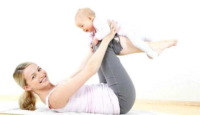 Гімнастика після пологів Мама + Малюк: Вправи для мами з дитиною молодше 6 месяцев.1. Вправа для біцепсів. І.п. - Стоячи, дитина,