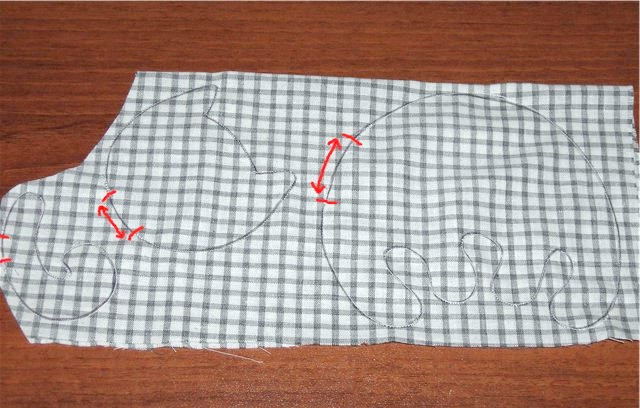Гірлянда з кішок: 4) Вирізуємо отримані детальки, залишаючи припуски по сантиметру, інакше при вивертанні тканина може розійтися. Під