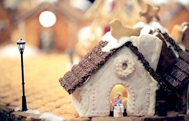 Городок з різдвяних ласощів: Адже під новий рік не тільки найзаповітніші бажання збуваються, але і ласощів навколо стільки, що стає солодко навіть якщо