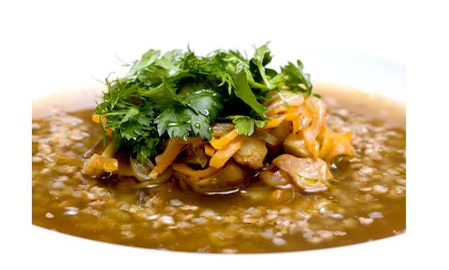 Грибні супи - прості рецепти зі свіжих лісових грибів: Грибний суп з гречаною крупойПонадобітся: 100г гречаної крупи, гриби, 1л води, 2ст.л. борошна, 1ст.л. рослинного