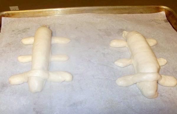 Хот дог Такса: Прикрашаємо сиром, оливкою і перцем. Кожну собачку кладемо на теплий деко, зверху змащуємо олією і ставимо в розігріту духовку