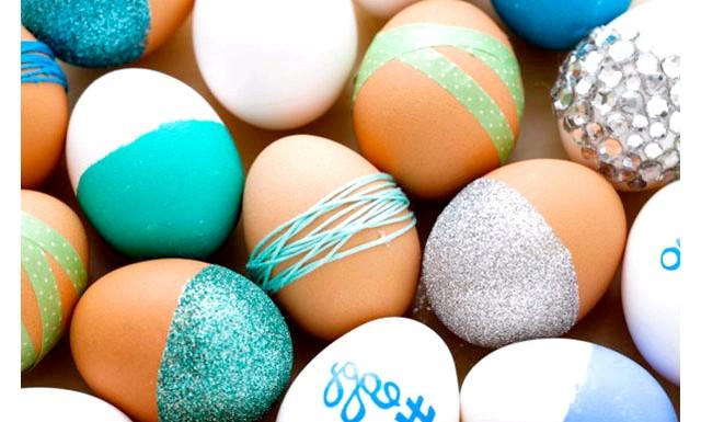 Ідеї   для прикраси яєць до Великодня: Вам знадобляться: - яйця - блискітки - клей-спрей - кольорові фломастери - муліне