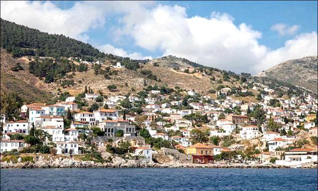 Ідра - улюблений острів грецької богеми: Острів Ідра розташований зовсім недалеко від східного узбережжя півострова Пелопонесс і входить до групи Саронічній островів. Відносна близькість до великого