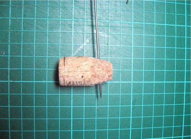 Іграшки з пробок: 2. Далі спицею наскрізь проколюємо пробку, формуючи отвір для ручок.
