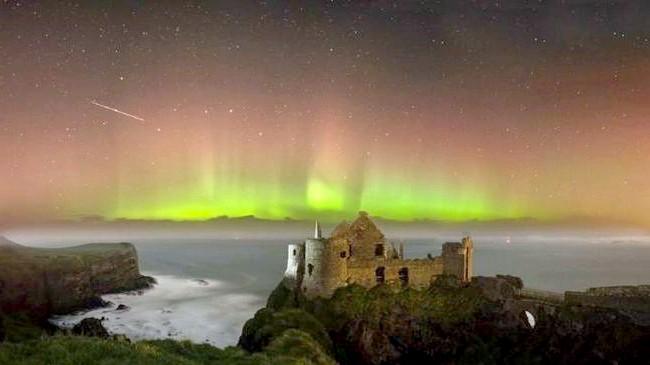 Ірландія - рай для мандрівників: [i] Північне сяйво над руїнами середньовічного замку Данлюс [/ i]