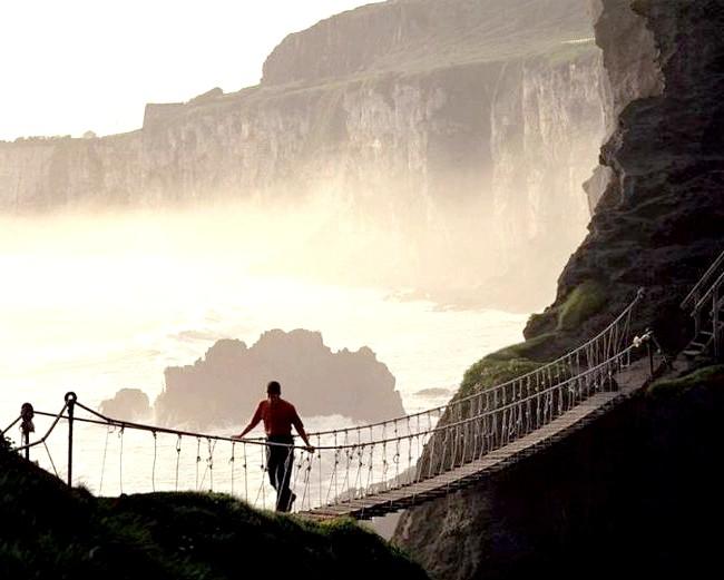 Ірландія - рай для мандрівників: [i] Канатний висячий міст на півночі Ірландії [/ i]