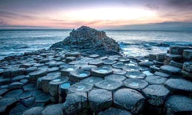Ірландія - рай для мандрівників: [i] Дорога гігантів [/ i] - унікальна прибережна місцевість, що представляє собою близько 40 тисяч з'єднаних між собою базальтових колон, що утворилися в результаті стародавнього