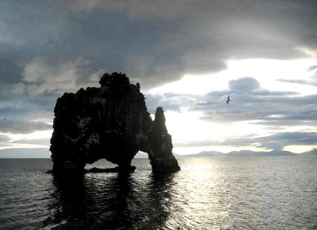 Ісландський динозавр Hv & iacute; tserkur: Але припливи і відливи грають і погану роль, підмиваючи Hv & iacute; tserkur. Місцевим жителям доводитися постійно зміцнювати основу, щоб якомога довше