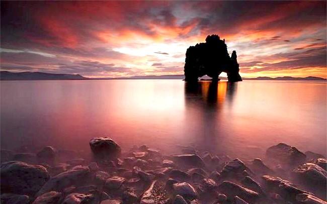 Ісландський динозавр Hv & iacute; tserkur: Скала знайшла своє місце і в ісландському фольклорі. Легенда свідчить, що троль, захоплений променями сонця, що сходить, скам'янів і застиг таким