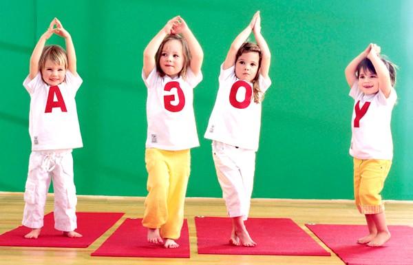 Йога для дітей - чи потрібно: Незважаючи на серйозну теоретичну підгрунтя, вправи йоги досить цікаві дітям, адже основні асани або пози йоги імітують різних живих істот,