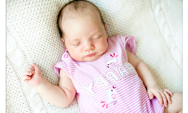 Як навчити дитину правильно засипати: Зручне місце для снаМаленькіх дітей слід укладати спати на спинку, без подушки. Матрацик не повинен бути