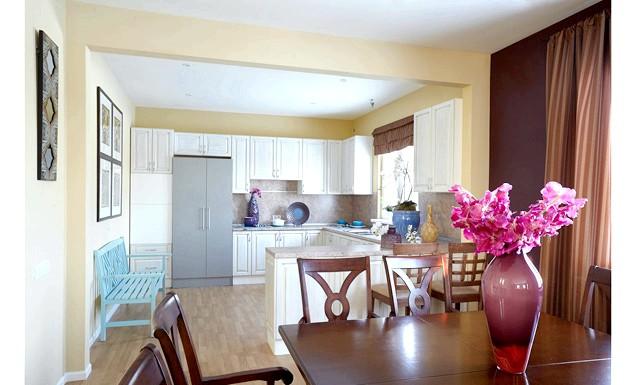 Як оформити кухню в американському стилі: Кухонна зона в американських будинках зазвичай ніяк не розділене з вітальнею, а примикає до неї. Відсутність перегородок робить приміщення більш