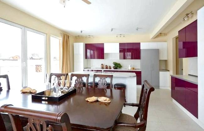 Як оформити кухню в американському стилі: Фасади кухонь найчастіше виконані з натурального дерева. Принциповим моментом є наявність великої кількості вбудованої техніки: плита і духовка, посудомийна