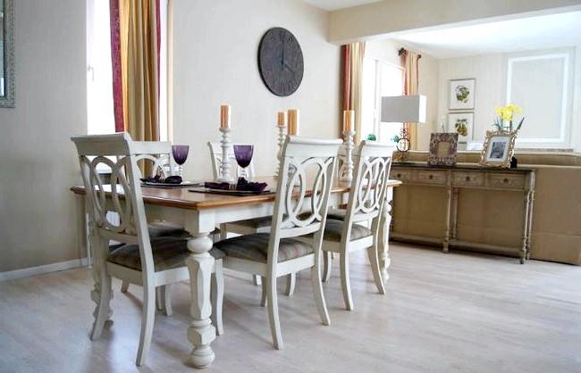 Як оформити кухню в американському стилі: Як декоративні елементи можуть виступати вази і горщики з живими квітами, скляні баночки зі спеціями, різні картини, накидки на