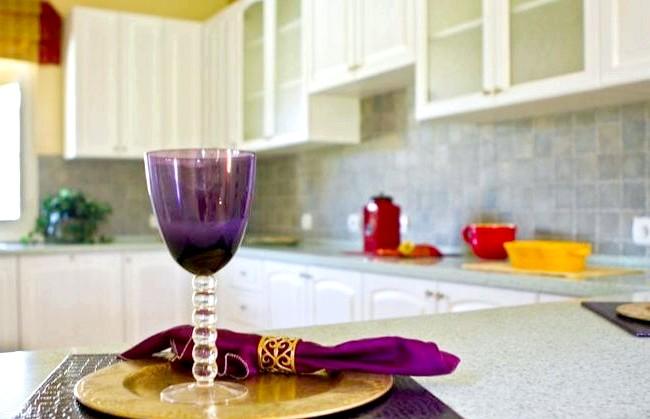 Як оформити кухню в американському стилі: Американський інтер'єр житлового будинку побудований на виразних колірних поєднаннях і контрастах. Стіни фарбують у природні кольори різної інтенсивності - від