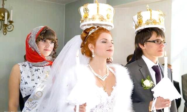 Як розвінчатися в церкви: До IX століття обряд одруження у слов'ян полягав в участі в Євхаристії (причастя) на Літургії. Християнська пара за обрядом брала