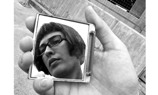 Як зробити гарний автопортрет: ОтраженіеОдновременно бачити себе і вибудовувати кадр дозволить будь відбиває поверхня. Насамперед - дзеркало. Але