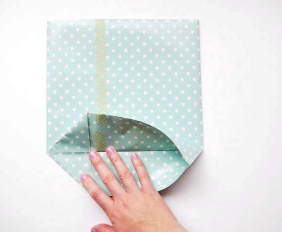 Як зробити оригінальні подарункові пакети своїми руками: Крок 2Ніз, який незабаром стане дном сумки складовими, як на малюнках нижче, наприкінці фіксуючи край