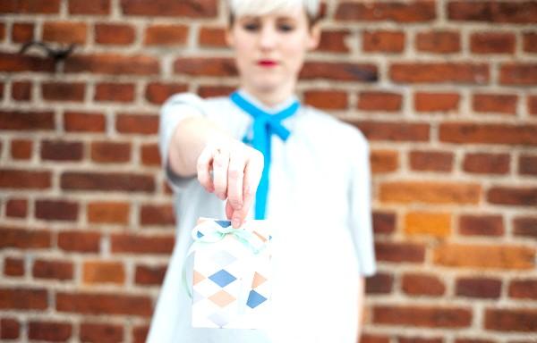 Як зробити оригінальні подарункові пакети своїми руками: [i] Ідея №2. Святковий пакет зі стрічкою [/ i] Вельми небанальна, але в той же час проста ідея святкової упаковки