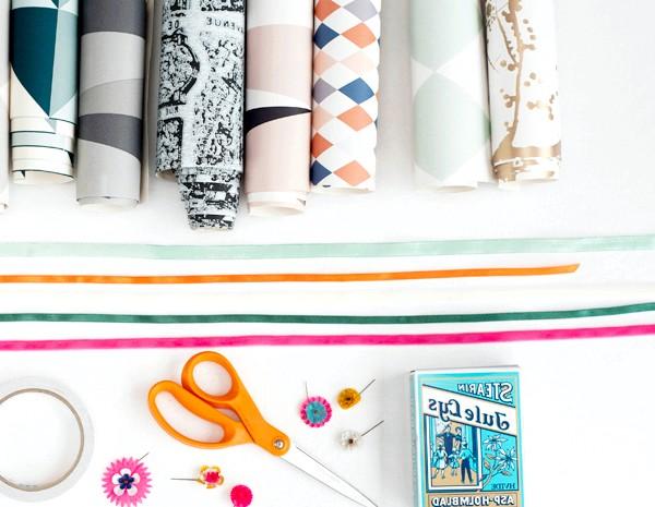 Як зробити оригінальні подарункові пакети своїми руками: Вам знадобиться: Атласна стрічка Обгортковий папір Ножиці Кнопки Дирокол Книжка або короб,