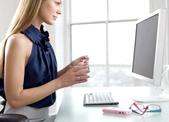 Як спалити калорії в офісі і зробити вправи ефективніше: Багато розсіюють нудьгу від перегляду таблиць, графіків і звітів поглащения шоколаду або будь-яких інших ласощів, що лежать на столі. Але