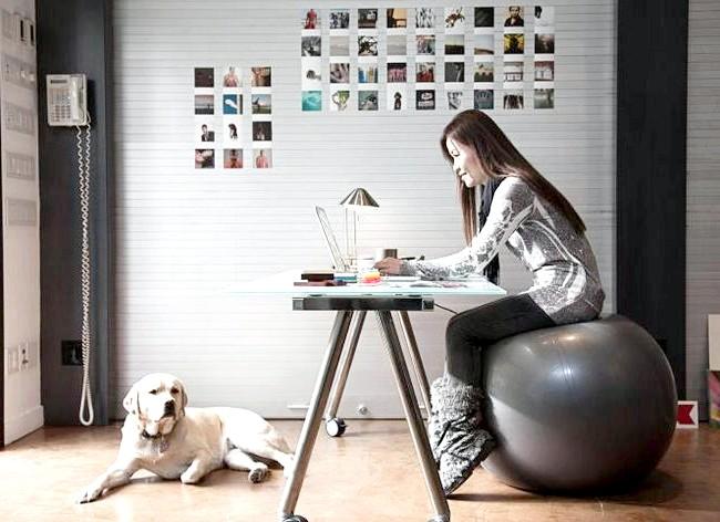 Як спалити калорії в офісі і зробити вправи ефективніше: Якщо у Вас є можливість працювати вдома, то замість стільця використовуйте фітбол. Фітбол змушує рухатися, а не сидіти нерухомо кілька