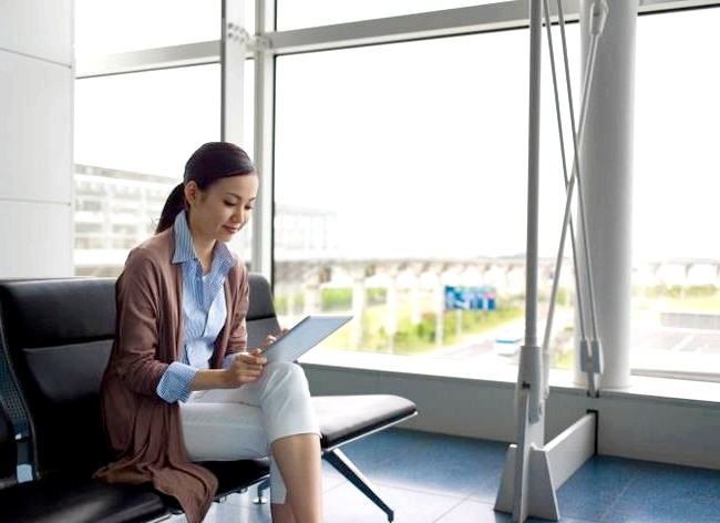Як спалити калорії в офісі і зробити вправи ефективніше: Звичайно, така вправа як підняття ноги складно виконати в звичному вигляді, проте можливо. Поки Ви сидите за столом, піднімайте витягнуті