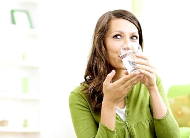 Як спалити калорії в офісі і зробити вправи ефективніше: Ми всі знаємо, що потрібно випивати принаймні літр води в день, проте вода ще й допомагає Вам худнути.