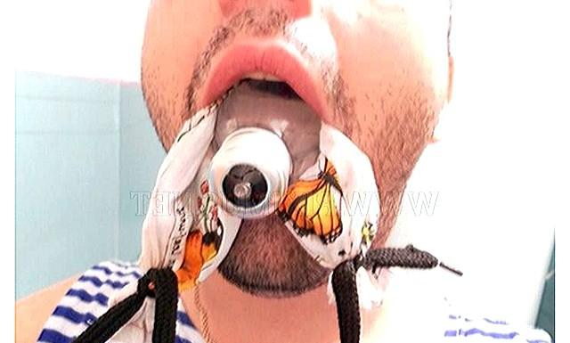 Як витягнути лампочку з рота без травматолога: Одним шнурком обведіть навколо лампочки і витягніть його з протилежного боку рота так, щоб хустку знаходився в роті за лампочкою.