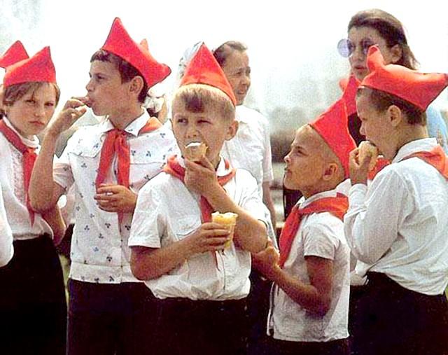 Яким було і скільки коштувало радянське морозиво: Схожим на «Каштан» було «Ленінградське» - теж у шоколадній глазурі, тільки всередині була не пломбір, а більш просте вершкове морозиво.
